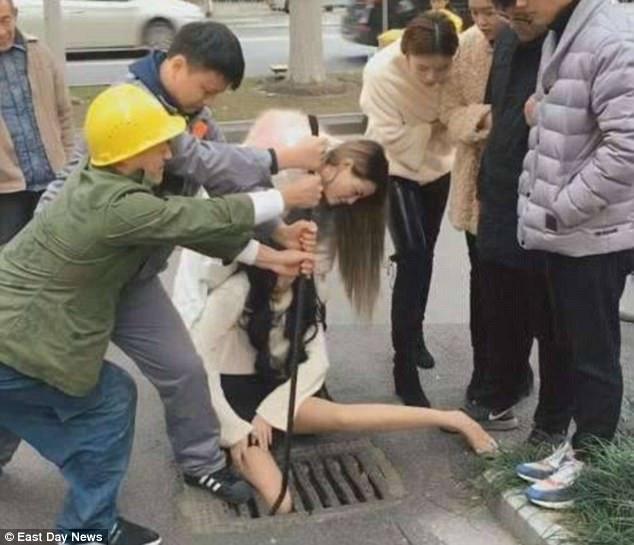 فتاة محشورة فى  بالوعة  بسبب  آيفون .. فيديو وصور
