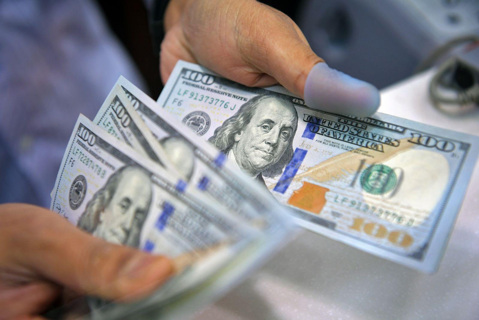 بعد الانخفاض القياسي.. الدولار يرتفع في 5 بنوك
